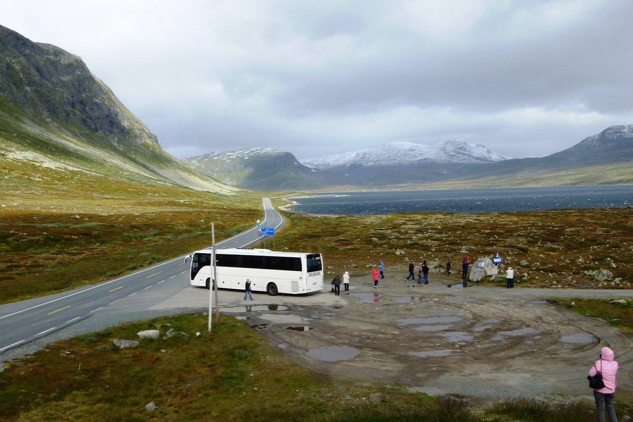 Наш автобус.Очень сильный холодный ветер...