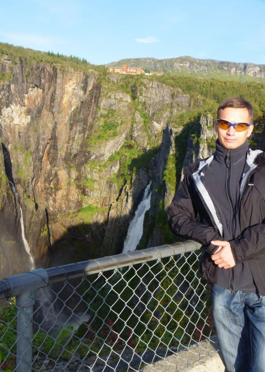 Водопад и отель на вершине скалы